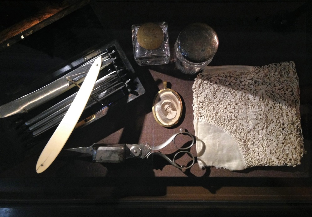 Charles Dickens personal belongings: Shaver, scissor etc.